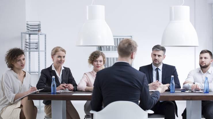 Un salarié en entretien avec ses responsables