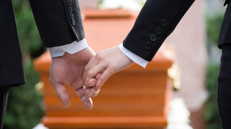 Personnes assistant à des funérailles