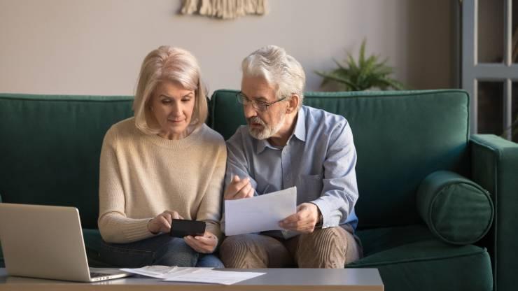 Un couple de retraités qui fait ses comptes