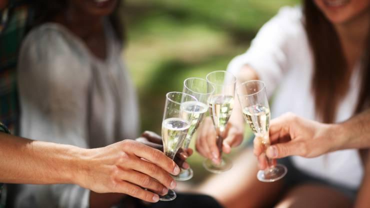 Personnes en train de trinquer avec des verres de vin pétillant