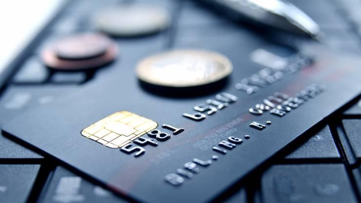 Carte bancaire posée sur un clavier