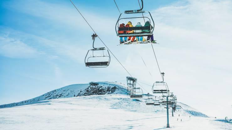 Skieurs sur télésiège