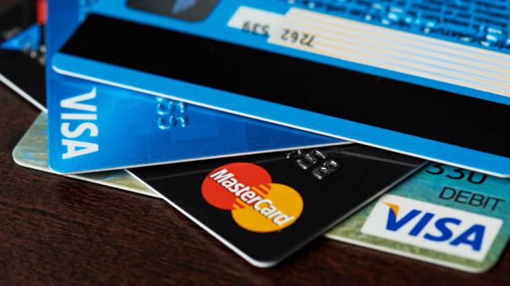 Pile de cartes bancaires Visa et Mastercard