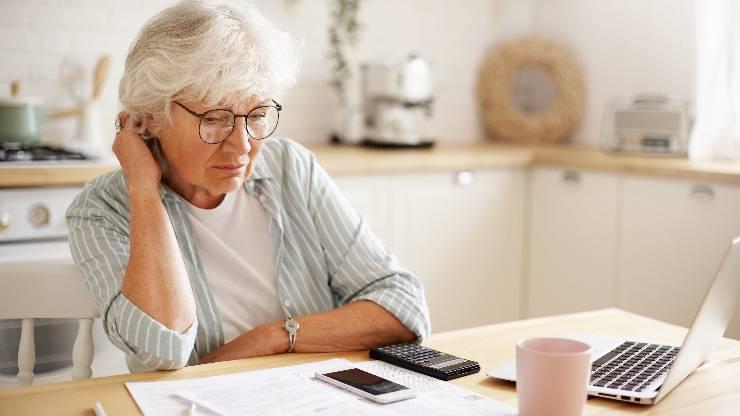 Une personne à la retraite qui fait ses comptes