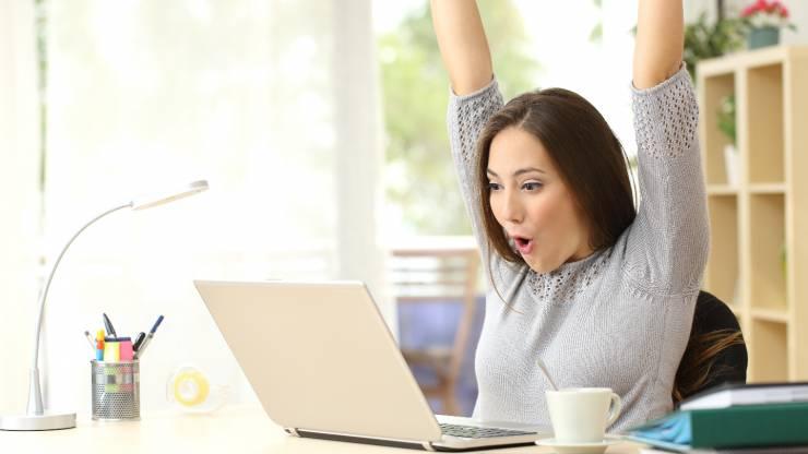Femme heureuse devant son ordinateur