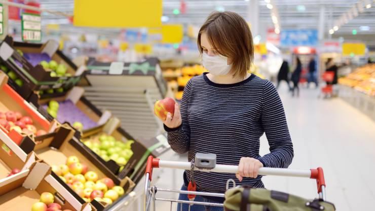 Femme avec masque faisant ses courses au supermarché