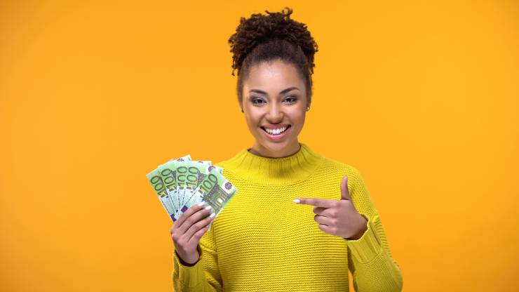 Une femme avec des billets de 100 euros