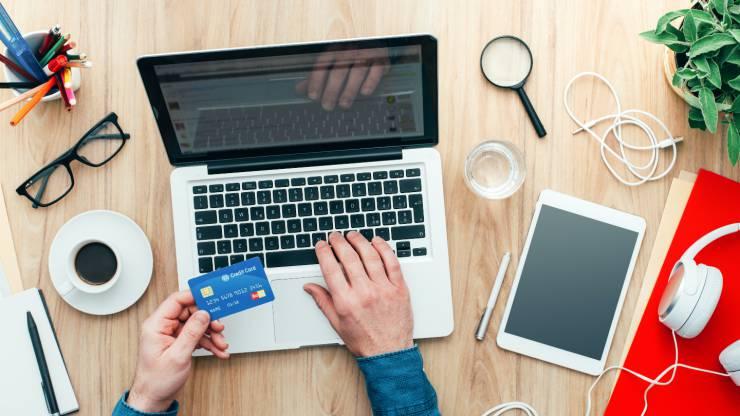 Homme effectuant un achat en ligne par carte bancaire