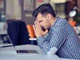 Un homme fatigué et inquiet devant son ordinateur