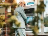 Senior qui retire de l'argent dans un distributeur