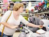 Femme enceinte regardant le prix d'une poussette