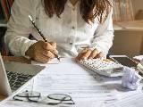 Femme remplissant ses impôts