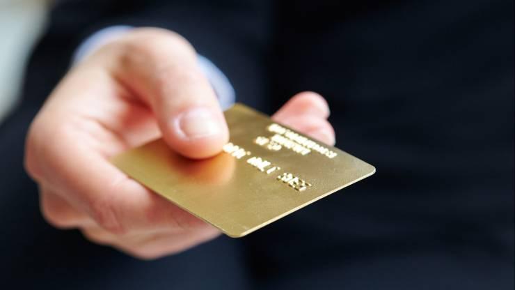 homme tenant une carte dorée