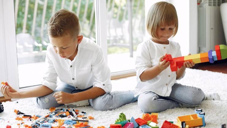 Deux enfants jouent aux légos