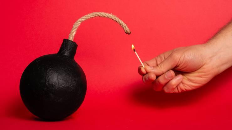 une bombe en train d'être allumée