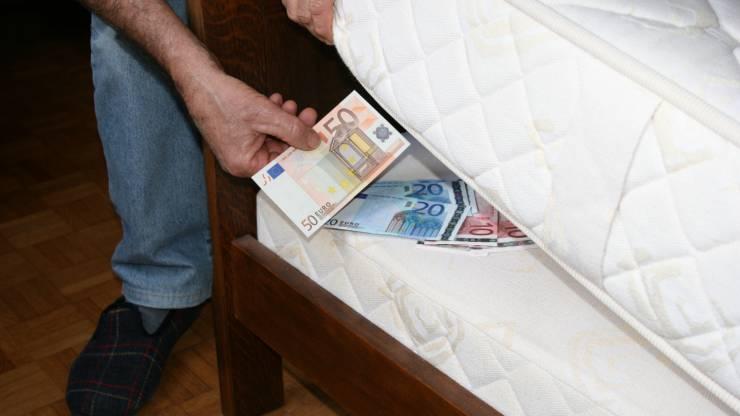 Epargne conservée sous le matelas