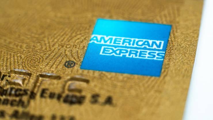 Gros plan sur une carte American Express Gold