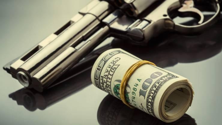 pistolet et liasse de billets