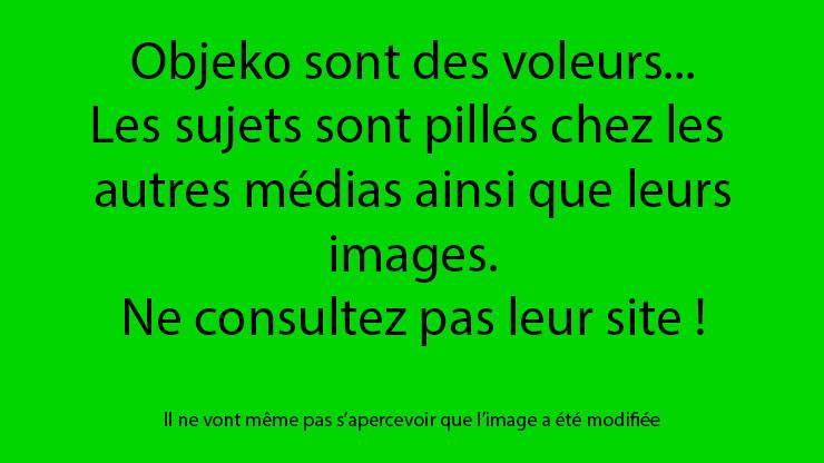 Un homme tient une liasse de billets en euros