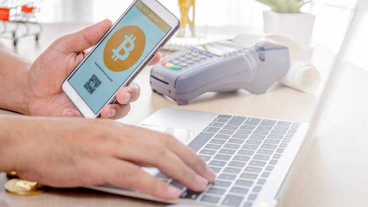homme faisant un paiement en bitcoin sur internet