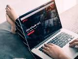Femme regardant Netflix sur son ordinateur