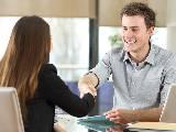 un homme tombant d'accord avec sa conseillère bancaire