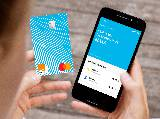 Une adolescente consulte son compte Orange Bank sur son mobile
