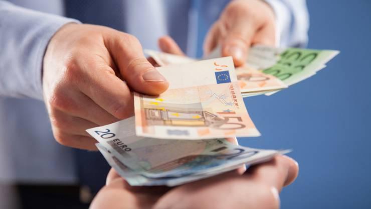 Deux hommes échangent des billets en euros