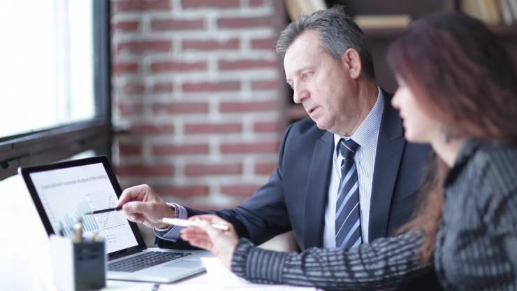 Un homme et une femme collaborent face à un ordinateur