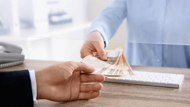 Un homme reçoit de l'argent à un guichet