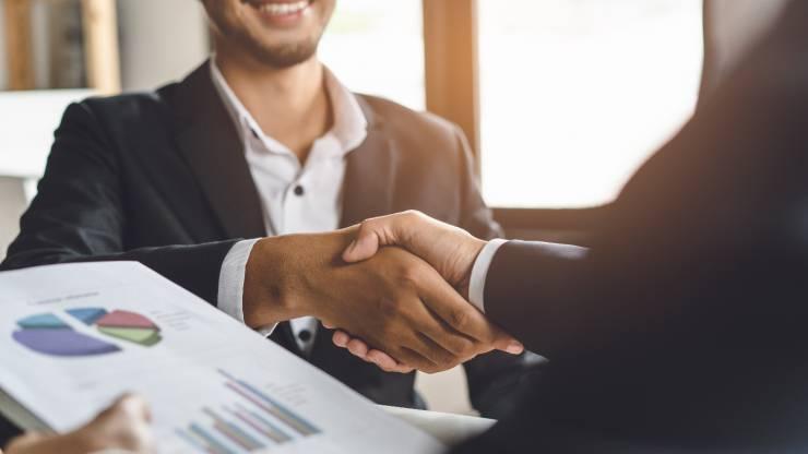 Poignée de main entre un banquier et son client