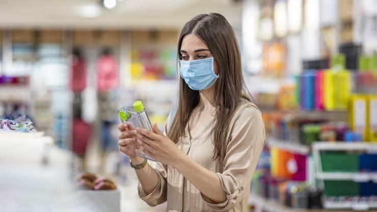 Une jeune femme en train de faire des courses en supermarché