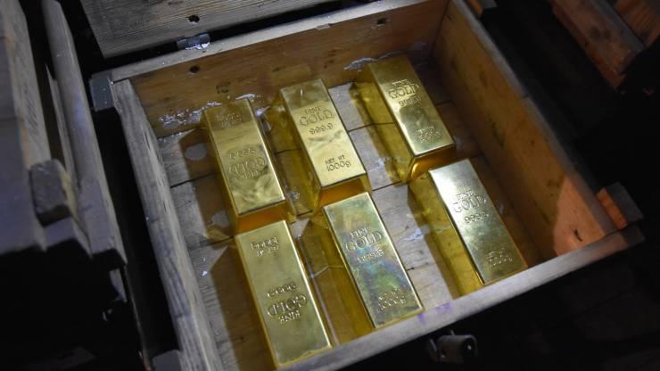 Lingots d'or dans un vieux coffre