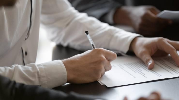 un homme signant un contrat