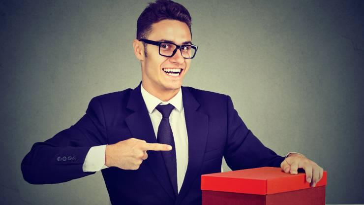 un homme pointant du doigt un cadeau
