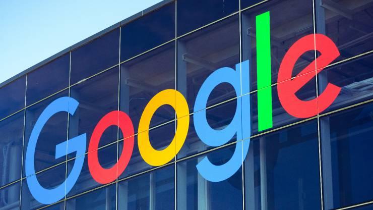 Le logo de Google sur un batîment