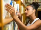 étudiante cherchant un livre